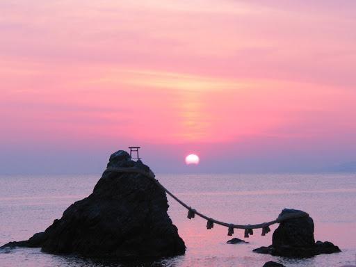 Скалы Мэото Ива - религиозный символ супружества в Японии