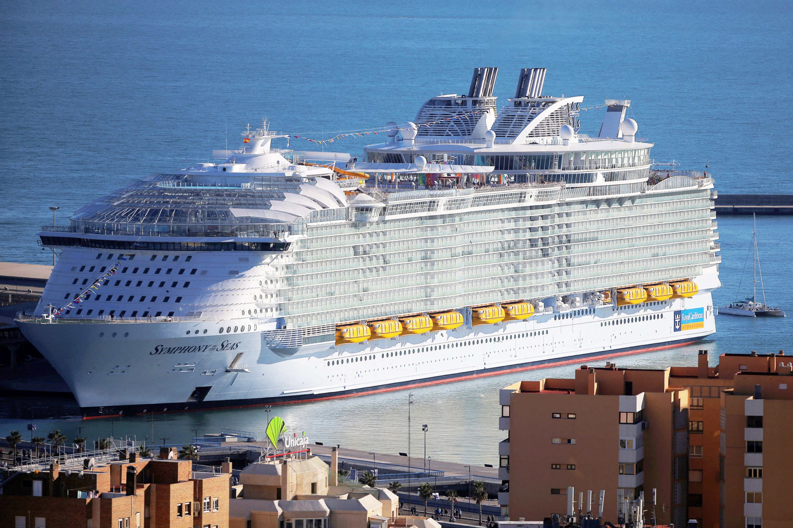 Запертые с коронавирусом: что происходит на круизных лайнерах?